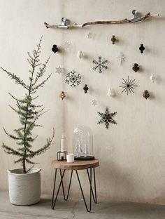 木の枝をそのまま壁に固定させて、お気に入りのオーナメントをぶら下げてみてください。ナチュラル感いっぱいの、ゆらめくモビールに。ツリーはシンプルにオーナメントを付けず、こんな風に組み合わせて飾るのも素敵です。