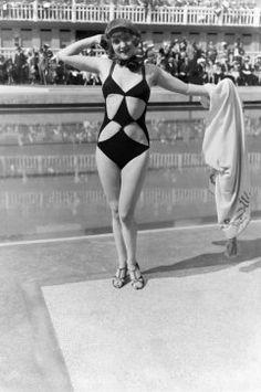 vintage everyday: 23 Interesting Vintage Photos That Show How Swimsuits Evolved from the Victorian Era to the Bikini Age Plus Size Bikini Bottoms, Women's Plus Size Swimwear, Trendy Swimwear, Curvy Swimwear, 80s Costume, Bathing Costumes, Vintage Bathing Suits, Vintage Swimsuits, Women Swimsuits