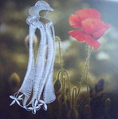 Subtilní krása Paličkovaná krajka o rozměrech 10 x 25 centimetrů. Vhodné do pasparty nebo rámečku. Autor podvinku Lenká Máslová Špetlová.