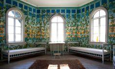 Saaris Gård Finland Lusthusets väggar från 1800-talet har dekorerats med en handmålad blomstertapet.