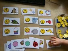 letter / sound recognition - matching beginning letter sounds for each picture card. You can also match the ending letter sound. Kindergarten Literacy, Preschool Learning, Early Literacy, Fun Learning, Alphabet Activities, Classroom Activities, Alphabet Games, Alphabet Phonics, Preschool Alphabet