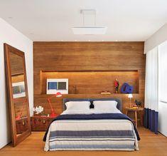 Neste quarto de 25 m2, projetado pelo arquiteto Luiz Fernando Grabowsky, o painel de madeira forma uma base neutra que permite mesclar cores em pequenos detalhes da decoração.
