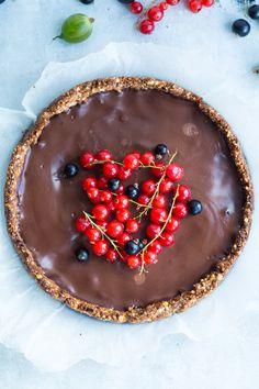 Skøn sundere chokoladetærte med nøddebund og cremet chokoladefyld. Da jeg i onsdags skulle drikke kaffe med min søde mor, synes jeg lige at vi skulle have noget lækkert til kaffen. Jeg har længe gerne ville lave en chokoladetærte og da jeg havde alle ingredienserne i mit køkken, så var det bare at komme igang. Min...