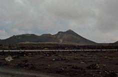 Tierra de fuego en día de lluvia desde el mar de lava