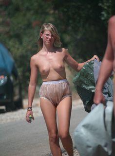 Whoow..! Wenn draußen heißer Tag oder Starke Sonnenstrahlung ich sehe eine harmlose Frau mit Glasklare Schlupfhöschen aus Gummihose ohne Anzug! Super!