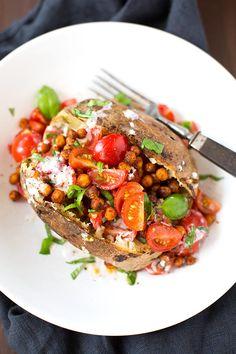 Einfache Ofenkartoffeln mit Tomaten und Kichererbsen gefüllt. Dieses schnelle Rezept werdet ihr lieben! - Kochkarussell.com