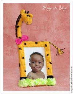 Не у каждого есть возможность побывать в Африке, а вот завести у себя дома жирафа теперь сможет каждый, кто хоть немного умеет вязать. И в этом вам поможет наш подробный мастер-класс. Связав такую рамочку для фото, вы не только украсите детскую комнату, но и зарядитесь положительной энергией этого солнечного и приветливого жирафа! Нам потребуется: пряжа желтого и коричневого цветов (у меня пряж…