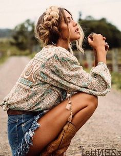 Boho & Gypsy Outfit Ideas For This Summer Böhmisches Outfit Hippie Style, Bohemian Style Clothing, Gypsy Style, Hippie Bohemian, Hippie Clothing, Boho Style, Mode Boho Gypsy, Mode Hippie, Gypsy Men