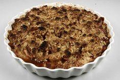 Tænd ovnen på ca. 225 grader C. alm. ovn. <BR> <BR> Bland sukker og kanel sammen til kanelsukker. Skær de syrlige æbler i tynde både og vend dem i kanelsukkeret. <BR> <BR> Smuldr havregryn, s
