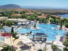 Als u houdt van luxe en comfort, dan voelt u zich hier helemaal thuis. De mooie ligging langs de zee, de uitgebreide buffetten, de vele (sport)faciliteiten en zeer uitgebreide all inclusive formule zullen zeker bij u in de smaak vallen. In de grote, mooi aangelegde tuin vindt u 4 zwembaden (3 met zout water en 1 met zoet water). Daarnaast beschikt het hotel over een binnenbad. IBEROSTAR Creta Mare is prachtig gelegen, direct aan het strand. Officiële categorie A