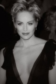 Sharon Stone still amazing! Beautiful Celebrities, Beautiful Actresses, Most Beautiful Women, Short Hair Cuts, Short Hair Styles, Actrices Sexy, Sharon Stone, Famous Stars, Celebrity Beauty