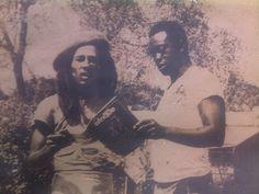 """Dans sa résidence de Miami, après une partie de foot avec un ballon de basket, Bob Marley et George Tahi Benson parcourent les page du """"petitjournalisteivoirien""""."""