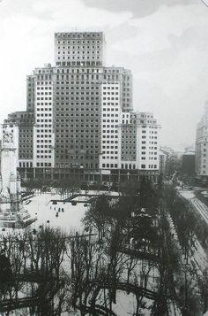 La Plaza de España a principios de los 50, cuando el Edificio España superó en altura al de Telefónica, el más alto de Madrid hasta entonces. A su vez sería superado a finales de la década por la cercana Torre Madrid.