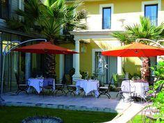 Sur la terrasse, à l'ombre des parasols, goûtez la cuisine raffinée et créative de Claude Azam