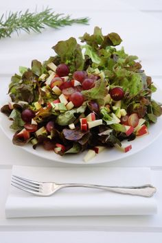 Lettuce Salad with Red Grapes - because we love fruits and vegetables! Chicken Bacon, Chicken Salad, Avocado Chicken, Low Carb Recipes, Diet Recipes, Keto Avocado, Red Grapes, Fruits And Vegetables, Lettuce