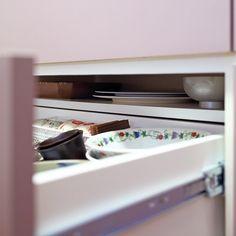 キッチン背面収納の隠し棚 . オープンハウスをした時に大絶賛だったのがこのキッチン背面収納の引き出しの中にある隠し棚 あまり使わない大皿やトレイを入れておきたい そんなご要望で棚一枚を足しています . 持っている器キッチン用品に合わせて全てのスペースを有効利用したキッチン背面収納です