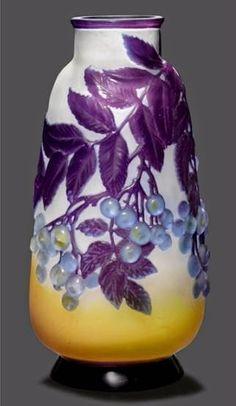 Vase en verre soufflé-moulé aux cerises. H. 29 cm. Vers 1920