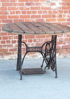 Mesa fabricada con material reutilizado!!! antigua maquina de coser singer + carrete !!! si estas en barcelona contactanos por email y te hacemos una igual!!!