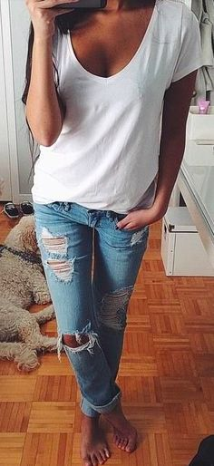 Simple white T-shirt and ripped jeans.
