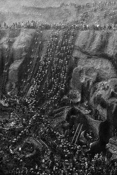 Documentary photography by Sebastião Salgado Going up the Serra Pelada goldmine, Brazil, 1986.
