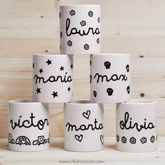 Tazas de cerámica de color blanco  PERSONALIZADAS EN VINILO. Aptas para microondas y lavavajillas. Medidas 9,2 cm de alto x 8 cm de diámetro; tiene una capacidad de 300 ml Combina tu nombre con el dibujo que más te guste