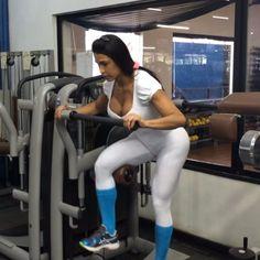 Gluteo na maq- pernas esticadas 4x10 sobe p/ no meio depois desce + gluteo na maq- c/ às pernas dobradas 5x8 pesado
