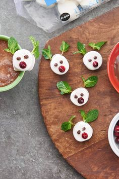 How To Make a Cocoa Reindeer Garnish. Learn how to make these marshmallow garnishes that can sit on your cup or float in your hot chocolate.