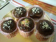 Cupcake al cioccolato con ripieno di crema al mascarpone e panna guarnito con ganache al cioccolato