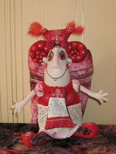 Её куклы передают прекрасное ощущение цвета автора, её любовь к обильному декору и связь с традициями русской народной текстильной куклы. В