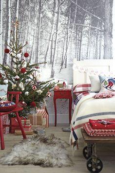 Adorable Christmas decor for a kid's room!