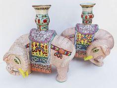 """Par de castiçais em porcelana chinesa representando """" Elefantes """" ( 01 apresenta restauro em"""