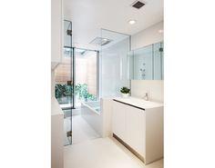 ホワイトでまとめた1階浴室と洗面室