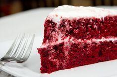 Receita de Bolo Veludo Vermelho – receita Red Velvet. O Bolo Red Velvet (veludo vermelho) não é um bolo vermelho qualquer e, sim um bolo único, leve, aerado e úmido. Escolha uma das coberturas abaixo para rechear e cobrir o bolo. Você vai se apaixonar!