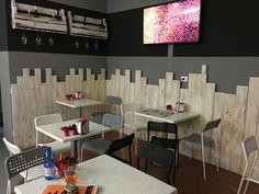 Rivestimento parete in legno naturale con giochi di altezze x creare dinamicità nell ambiente più porta bottiglie e calici a parete