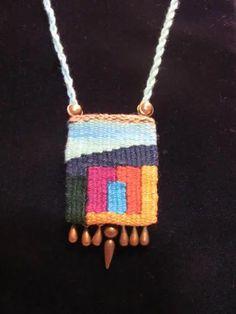 tapestry pendant: neat mini weaving idea for a potential work shop Pin Weaving, Weaving Art, Loom Weaving, Tapestry Weaving, Fiber Art Jewelry, Textile Jewelry, Fabric Jewelry, Textile Art, Jewellery