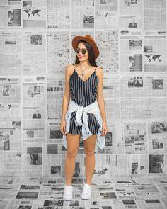 Look descolado, estilo festival de música como Lollapalooza, Rock'n Rio. Macaquinho de listras, blusa jeans amarada na cintura, chapéu e tênis branco