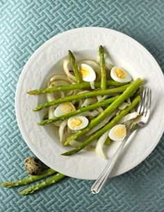 Quail's eggs are tiny, speckled beauties. They cook in a very short time, and make an elegant addition to a salad, soup, or appetizer tra. Egg Recipes, Real Food Recipes, Vegetarian Recipes, Roasted Fennel, Clean Eating, Healthy Eating, Quail Eggs, Salad Bar, Daily Meals
