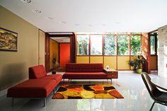 リビング/ダイニングエリアへ通じる、カークパトリック邸のメインエントランス。天井に埋め込まれた明るさを調節できる照明は、当初置かれていた、ネルソンがこの空間のためにデザインした特注のソファに沿う曲線のラインを描いています。ソファは以前のオーナーにより売却されました。