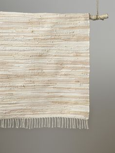 Les coloris nude et argentés s'accordent en douceur pour offrir à ce tapis tissé un style tendrement ethnique. DétailsFinition frangée. Dim. 90 x 120