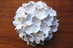 Cette sculpture de fleur dhortensia est un bel accent pour toute la maison. Vous pouvez placer sur une table basse ou laccrocher sur le mur, mais quoi quil en soit, ce sera un morceau de conversation. Lornement 3D est très tactile. Chaque fleur a été fait à la main en argile polymère et ensuite assemblés sous la forme de boule. Le bas (ou dos) de la fleur est plat, afin quil sera assis gentiment sur une table ou contre le mur. Il y a un crochet de photo à larrière pour pouvoir laccrocher…