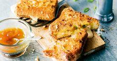 Arm kann man diese Ritter nicht nennen: gefüllt mit fließendem Käse und fruchtigem Chutney, in knuspriger Nusshülle gebacken - ein königlicher Sch ...