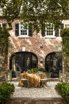 A restored carriage house in the heart of C . A restored carriage house in the heart of Charleston, South Carolina Carriage House, House Goals, Maine House, My Dream Home, Exterior Design, Future House, Beautiful Homes, House Beautiful, New Homes