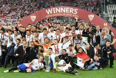 サッカーヨーロッパリーグ2013-14(UEFA Europa League 2013-14)決勝、セビージャFC(Sevilla FC)対ベンフィカ(Benfica)。優勝を決め喜ぶセビージャの選手ら(2014年5月14日撮影)。(c)AFP=時事/AFPBB News