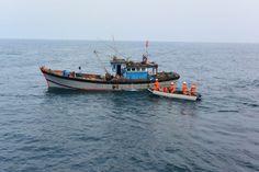 Một ngư dân tàu cá Bình Định bị rơi xuống biển mất tích   Sáng 24.9 tin từ Đài Thông tin Duyên hải Đà Nẵng cho biết tàu cá BĐ 96970 TS đang đánh bắt tại vị trí cách đất liền TP. Đà Nẵng 50 hải lý thì một ngư dân trên tàu bị rơi xuống biển mất tích.  Một tàu cá của ngư dân miền trung được cứu nạn trên biển. Ảnh minh họa.  Khoảng 8h ngày 24.9 Đài Thông tin Duyên hải Đà Nẵng nhận được yêu cầu trợ giúp khẩn cấp từ thuyền trưởng Huỳnh Văn Bình trên tàu cá BĐ 96970 TS trên tần số 7972 kHz: có một…