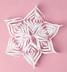 Askartele jouluksi valkoisia paperitähtiä.TarvikkeetValkoista kopiopaperia, paperiliimaa ja sakset.Tee näin1. Leikkaa paperista haluamasi kokoinen neliö. Kuvan tähden koko on 27 x 27 cm ja se on tehty...