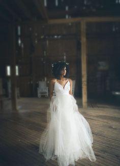 Modelos de vestido com caimento suave que trazem um clima mega romântico para a noiva. Vem cá se inspirar!