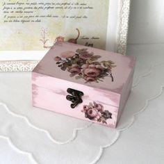 Boîte en bois peinte et décoré avec des roses style shabby chic couleur rose poudré