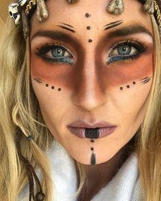 Stammes-Halloween-Make-up. Hexe - Halloween Make-up Voodoo Costume, Voodoo Halloween, Halloween Make Up, Halloween Face Makeup, Voodoo Priestess Costume, Maquillage Voodoo, Voodoo Makeup, Viking Makeup, Tribal Makeup