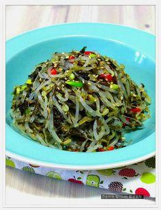 숙주나물 2배더 고소하고 향긋하게 무침하는법,녹두나물무침 – 레시피 | Daum 요리 K Food, Vegetable Seasoning, Korean Food, Korean Recipes, Kimchi, Japchae, No Cook Meals, Side Dishes, Cabbage