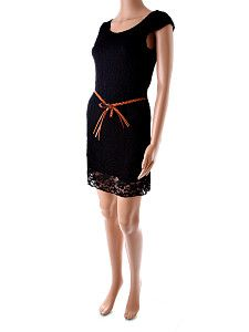 Čipkované krátke čierne šaty 8F  Čipkované krátke čierne letné šaty s čipkou v tvare kvetín na sukni s prepleteným hnedým koženkovým opaskom. Šaty majú čiernu spodničku, takže nie sú priesvitné. Vhodné sú skôr na štíhle postavy. Môžu sa nosiť aj ako tunika k úzkym rifliam  http://www.yolo.sk/saty/cipkovane-kratke-cierne-saty-8f
